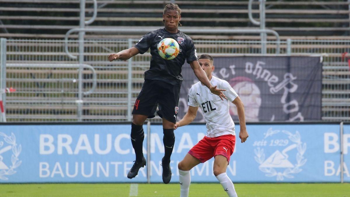 im Zweikampf: Canigga Ginola Elva vom FC Ingolstadt 04 und Marcel Gottschling vom FC Viktoria Köln.