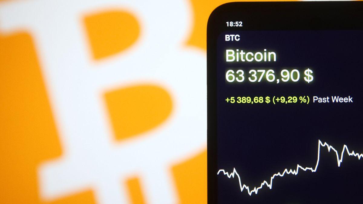 Der Kurs des Bitcoins auf einem Smartphone angezeigt.