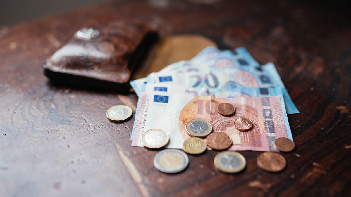 Ein Geldbeutel mit Geld darin.