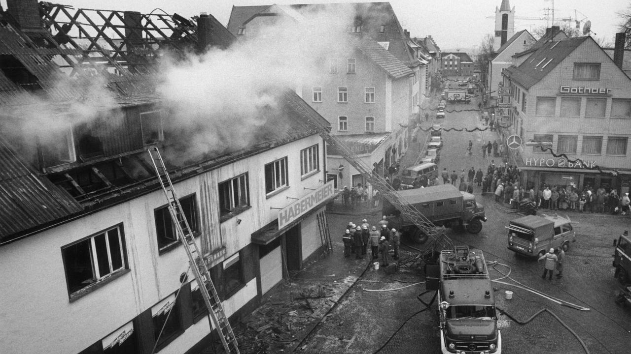 Löscharbeiten beim sogenannte Habermeier-Haus in Schwandorf. Ein 19-Jähriger verübte einen Brandanschlag