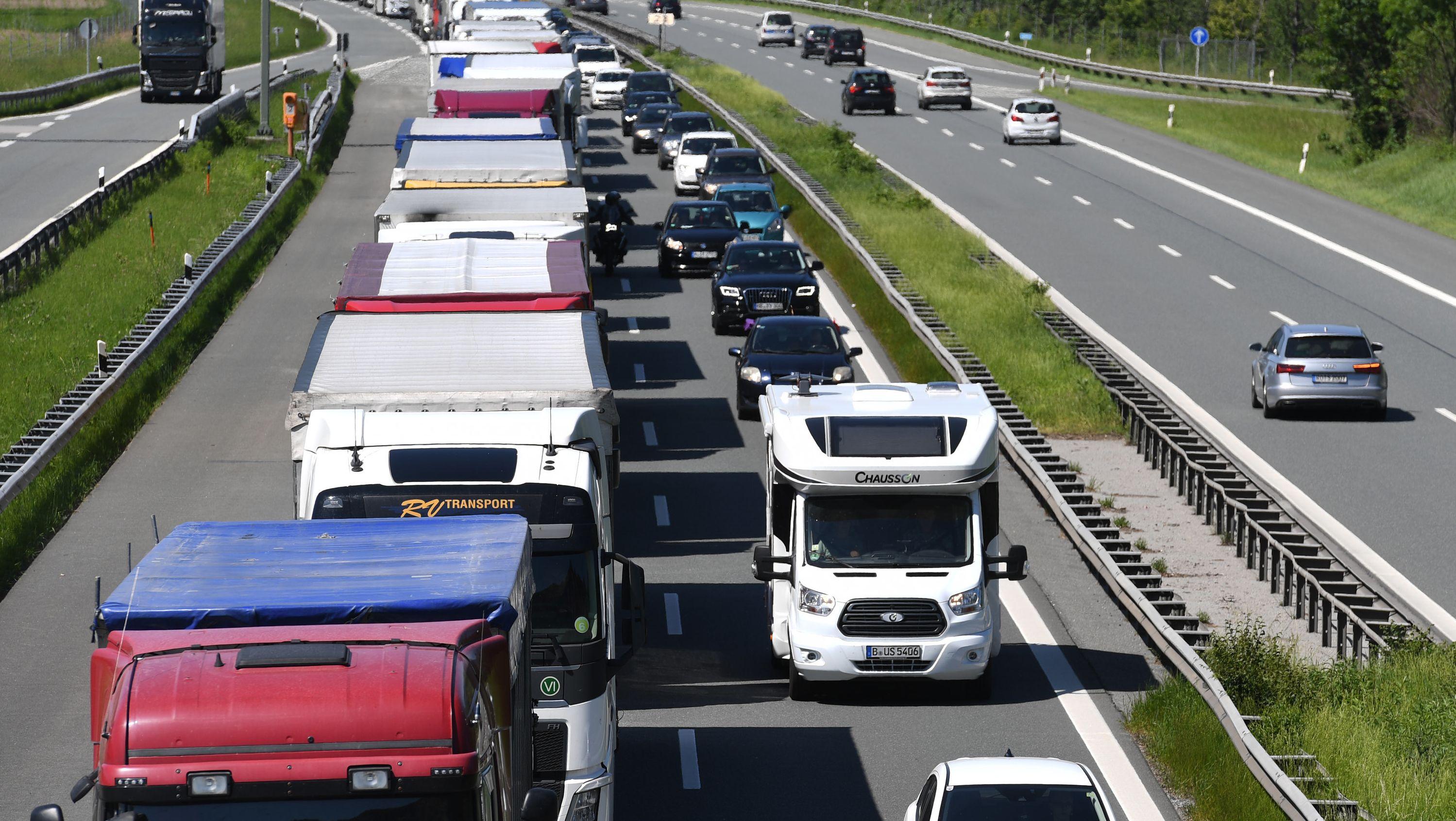 LKW's stehen auf der Autobahn A93 bei  Kiefersfelden in Richtung Österreich im Stau.
