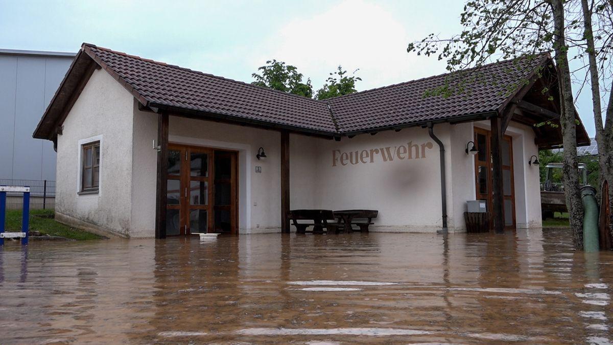 Das Feuerwehrhaus in Hainsberg, einem Ortsteil von Dietfurt, steht unter Wasser