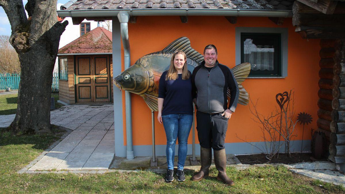Zwei Personen stehen vor einem Haus