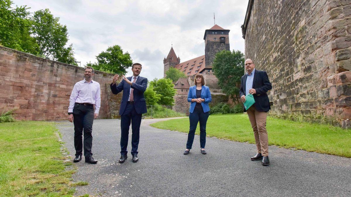 Baureferent Daniel Ulrich, Oberbürgermeister Marcus König, Umweltreferentin Britta Walthelm und Bürgermeister Christian Vogel (v.li.) im Nürnberger Burggraben.