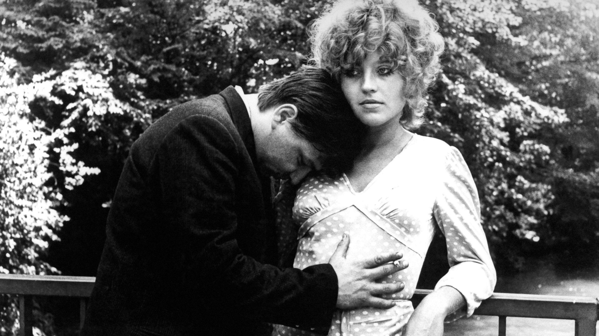 """Mann hält sich an Frau fest: Rainer Werner Fassbinder und Hanna Schygulla 1969 in """"Katzelmacher"""""""
