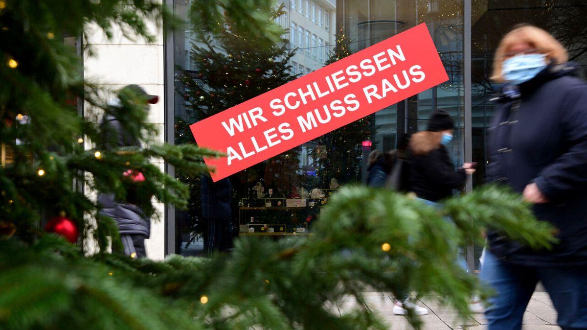 """Ein Schild mit der Aufschrift """"Wir schliessen, alles muss raus"""" hängt in der Innenstadt an einem Geschäft. Davor steht ein Weihnachtsbaum. (Foto vom 16.12.2002)"""
