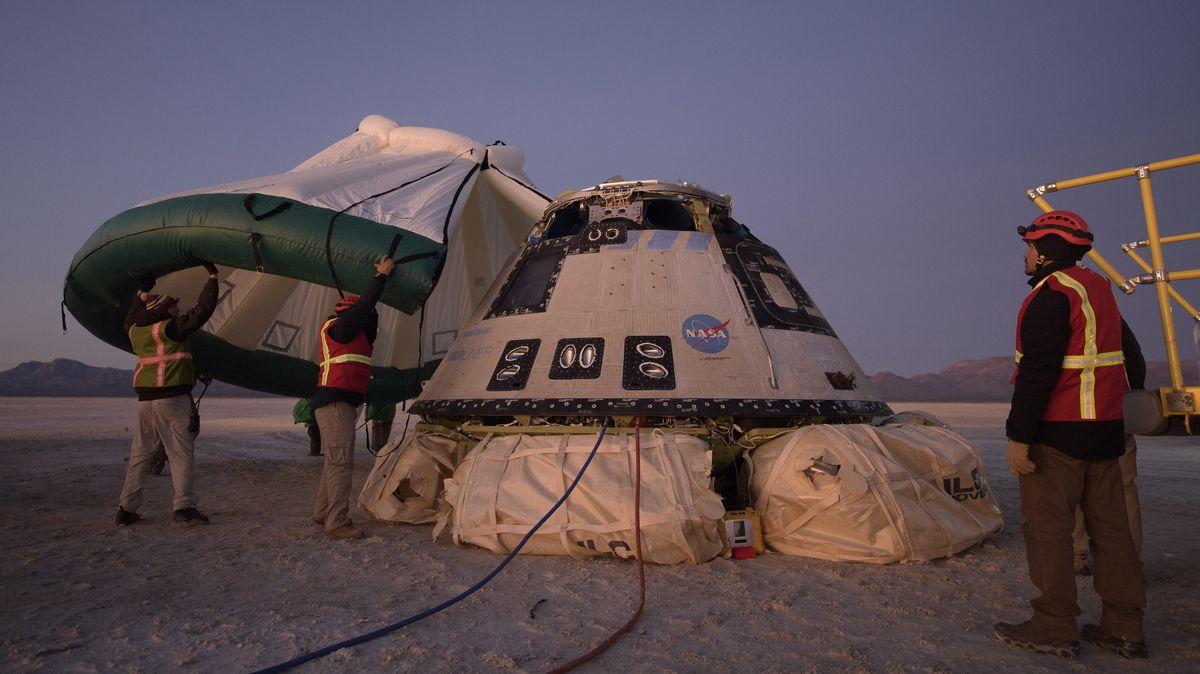 Mitarbeiter von Boeing, NASA und der U.S. Army führen Arbeiten an der Starliner-Kapsel aus, kurz nach ihrer Landung in White Sands