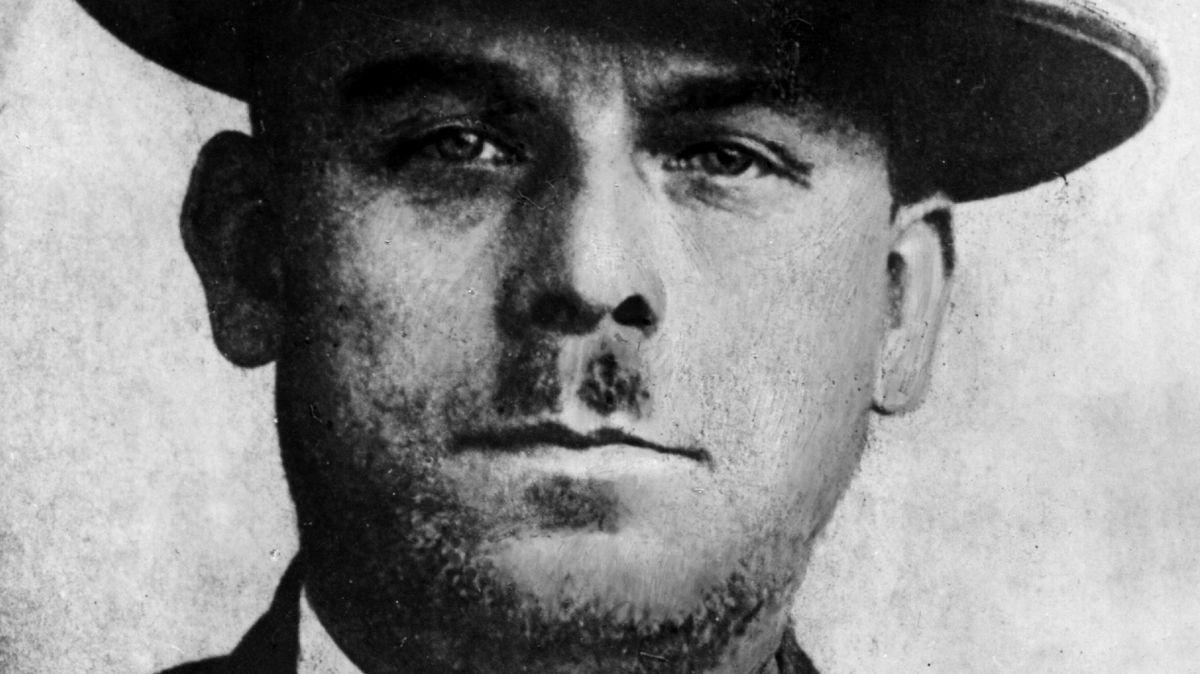 Porträt eines düsteren Mannes mit Hut und kleinem Schneuzer