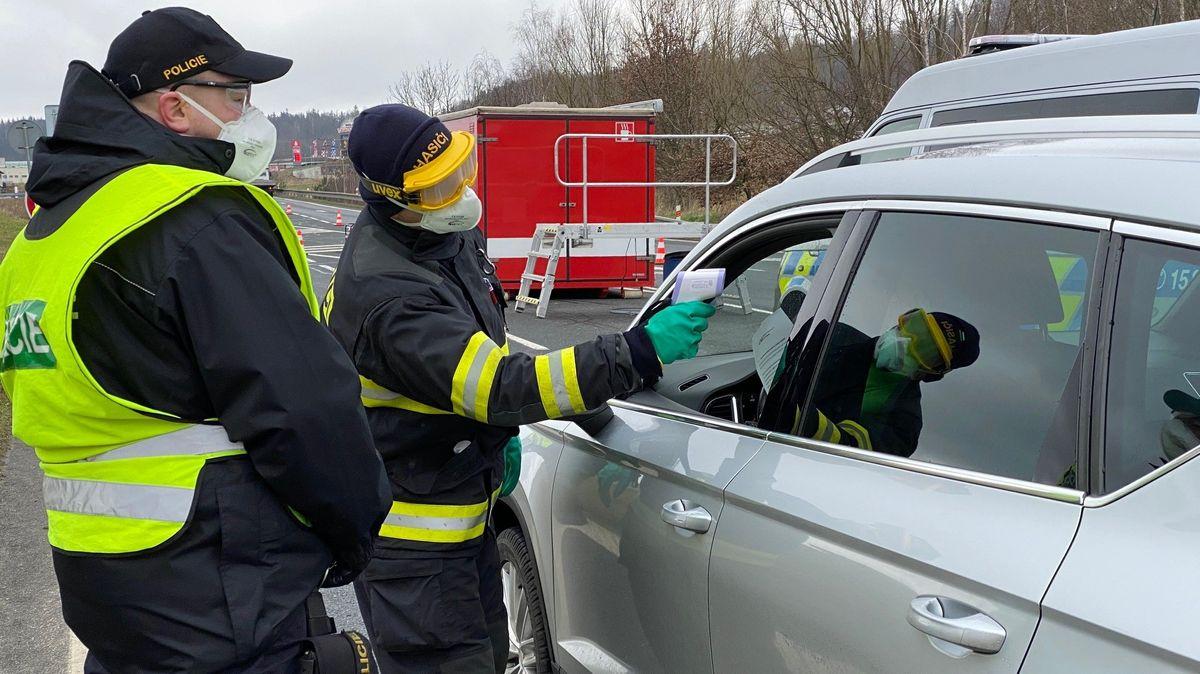 Tschechische Beamte messen Fiber bei Einreisenden.