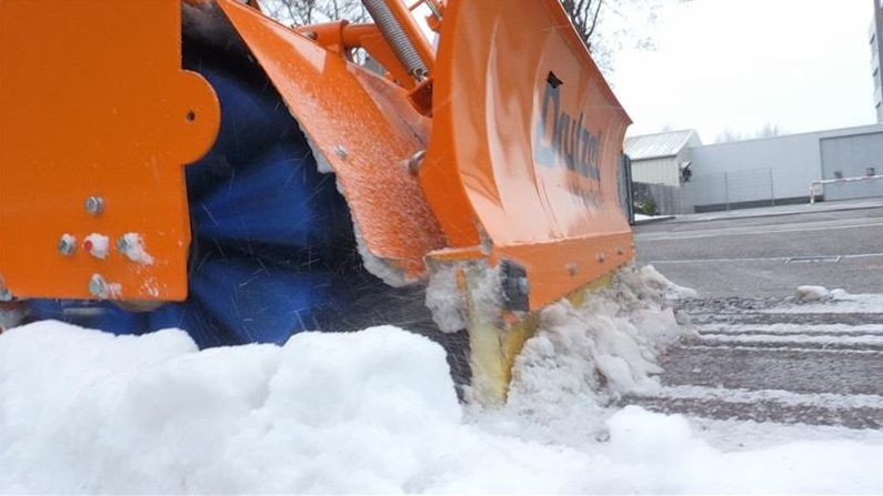 Ingolstadt hat eine neue Schneeräummaschine speziell für Radwege entwickelt - eine Mischung aus Schneepflug und Besen.