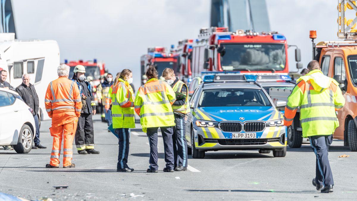 Einsatzkräfte von Feuerwehr, Polizei und Rettungsdienst am Unfallort.