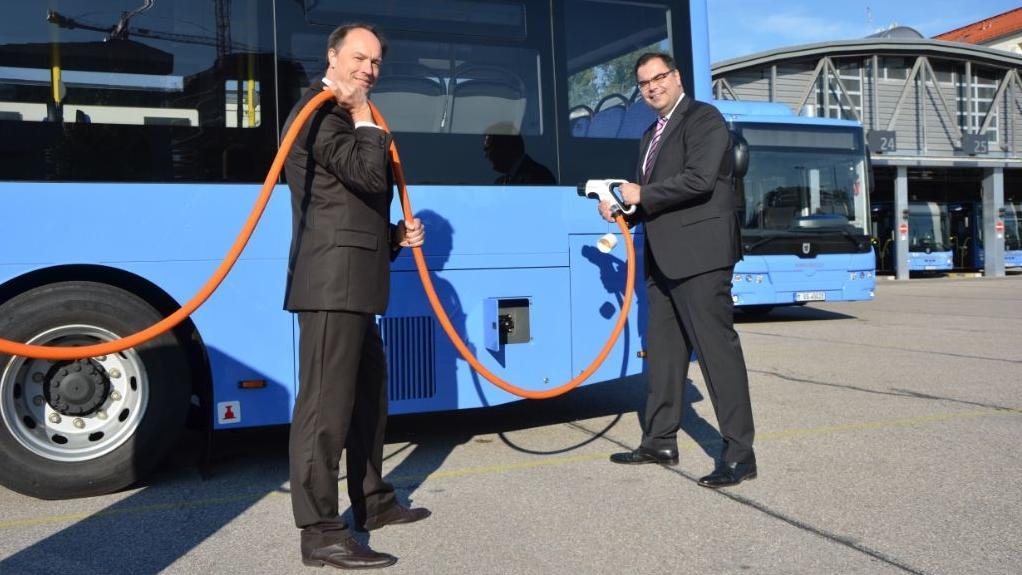 Buschef Ralf Willrett (l.) und Ingo Wortmann zeigen, wie das Auftanken funktioniert.