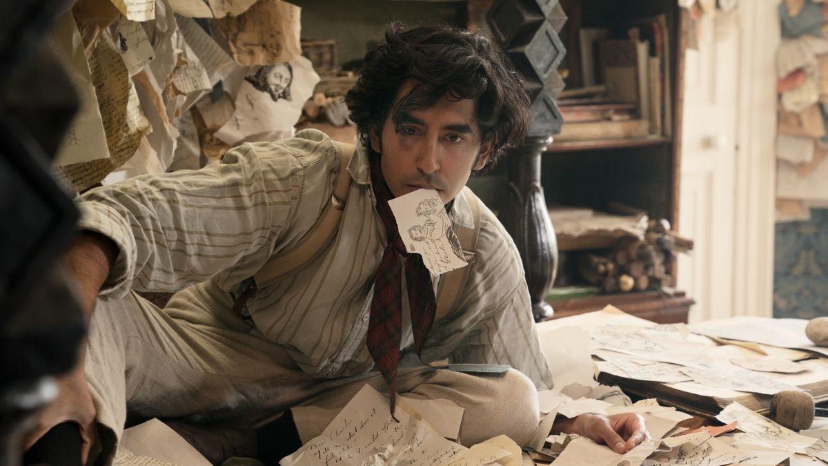 """Ein Mann umgeben mit Zetteln: Dev Patel In """"David Copperfield – Einmal Reichtum und zurück"""""""