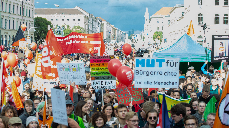 Zehntausende demonstrieren am 3. Oktober 2018 unweit des bayerischen Innenministeriums, unter anderem gegen das bayerische Polizeiaufgabengesetz