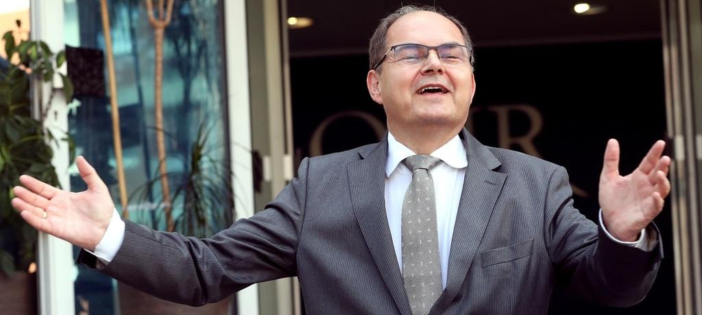 Christian Schmidt gestikuliert bei einem Auftritt als neuer Hoher Repräsentant für Bosnien-Herzegowina.