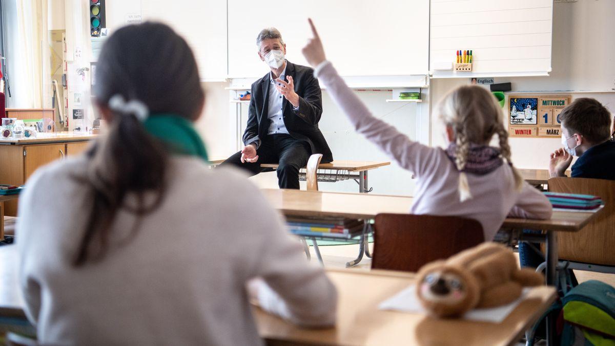 Michael Piazolo, Kultusminister von Bayern und Generalsekretär der Freien Wähler in Bayern, spricht mit den Schülern einer vierten Klasse.