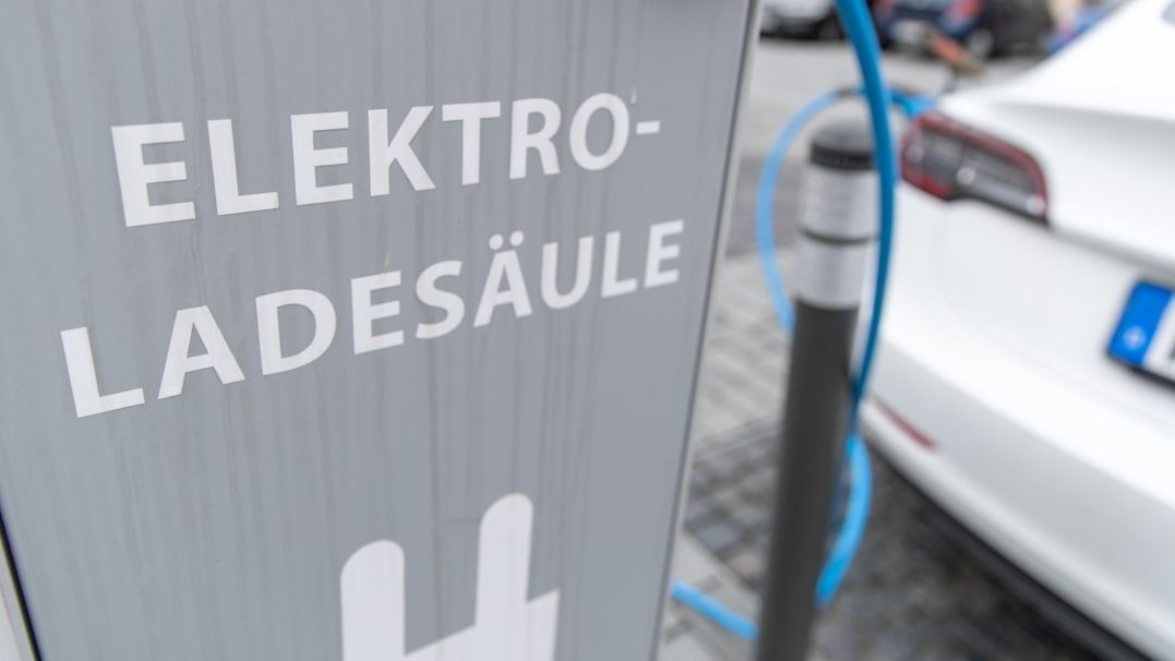 Elektroauto wird an öffentlicher Ladesäule aufgeladen