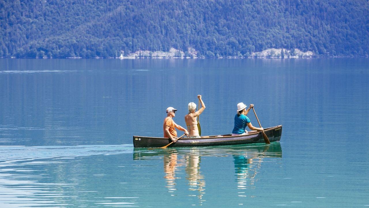 Drei Kanufahrer auf dem Walchensee.