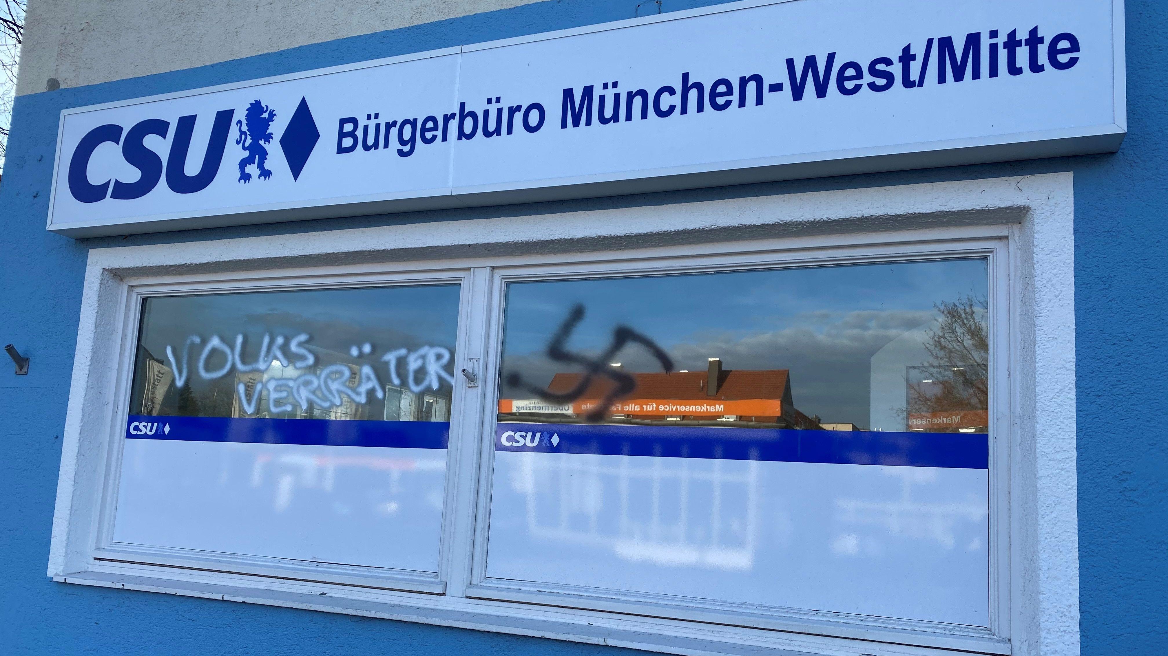 """Der Schriftzug """"Volksverräter"""" und ein Hakenkreuz an den Fenstern des Bürgerbüros München-West."""