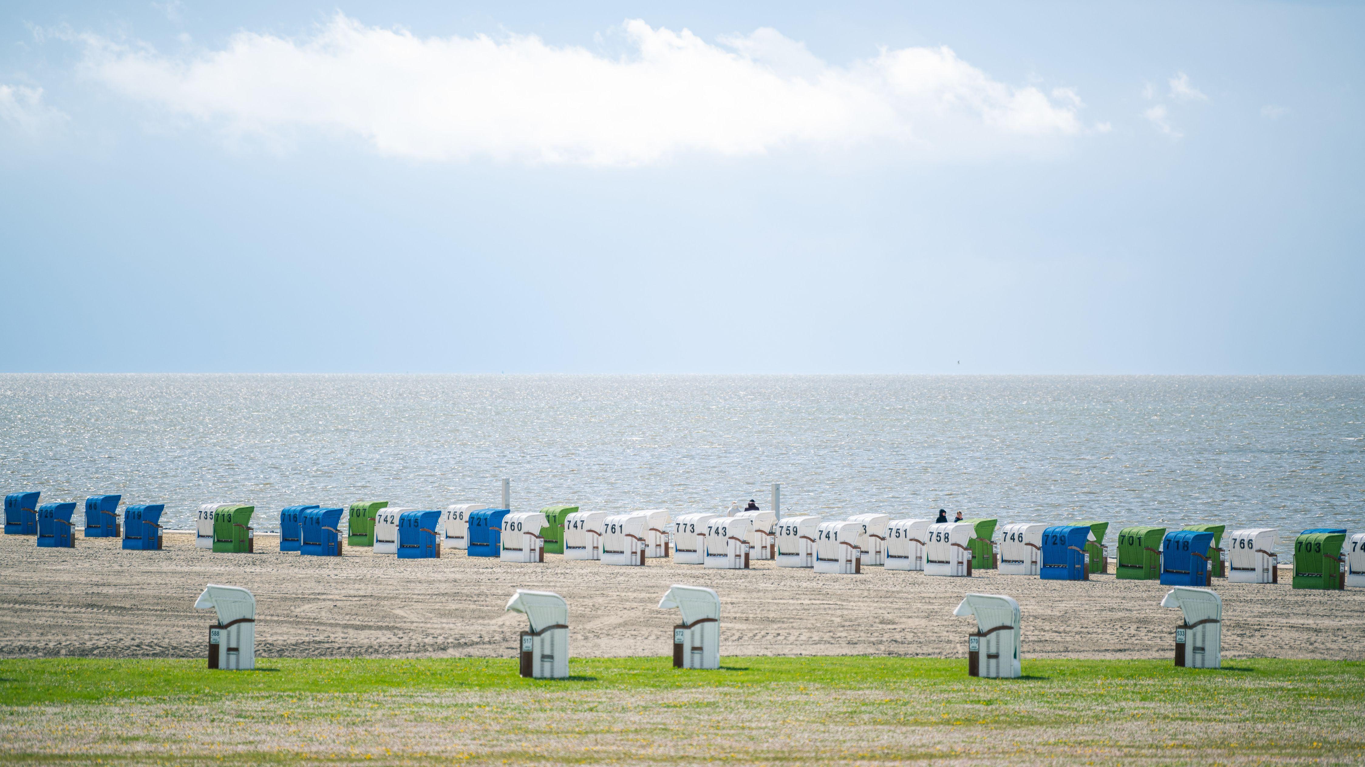 Niedersachsen, Norddeich, Anfang Mai 2020: Strandkörbe noch ohne Feriengäste