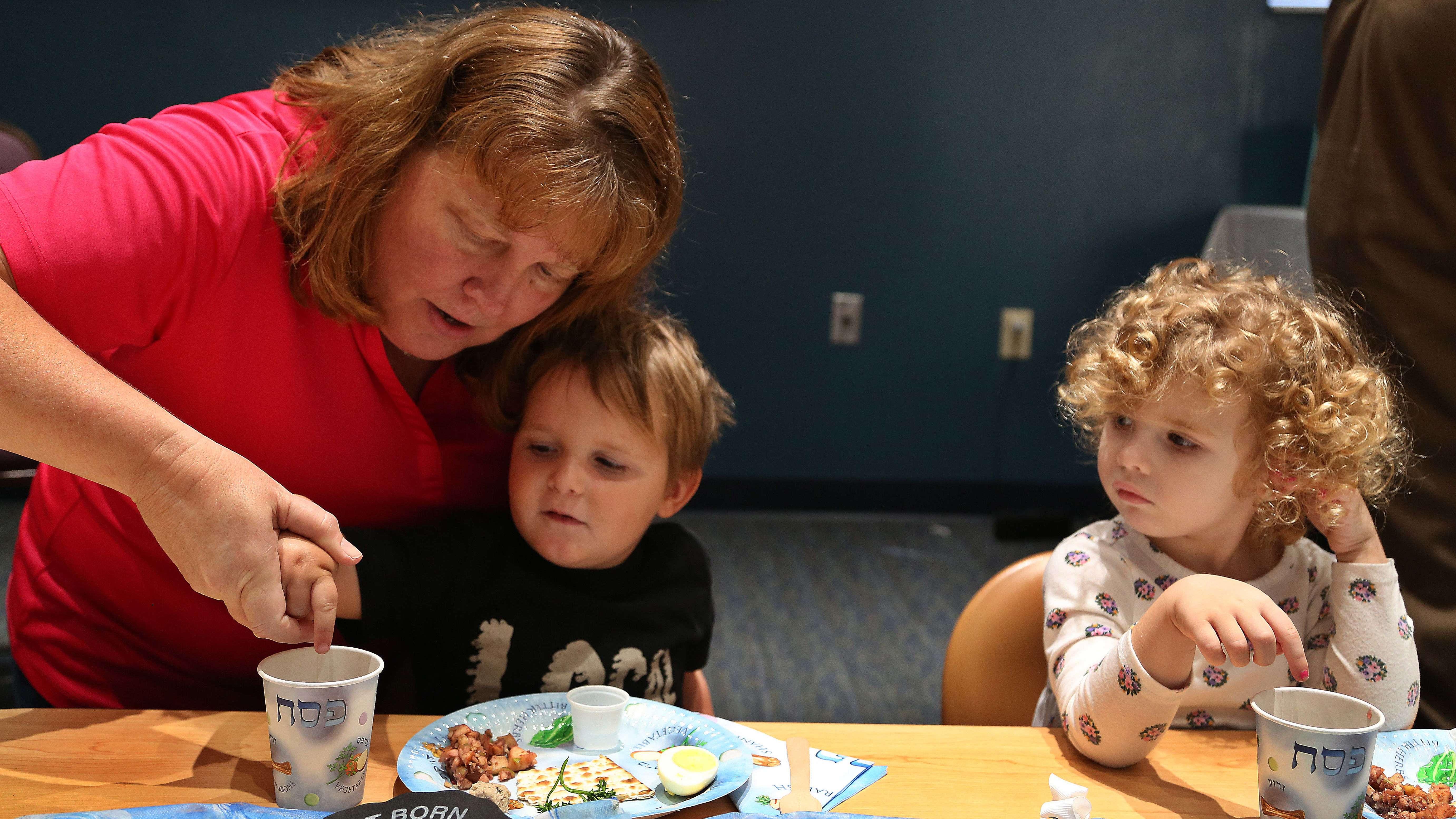 Kinder nehmen gemeinsam das Seder-Mahl zu sich.
