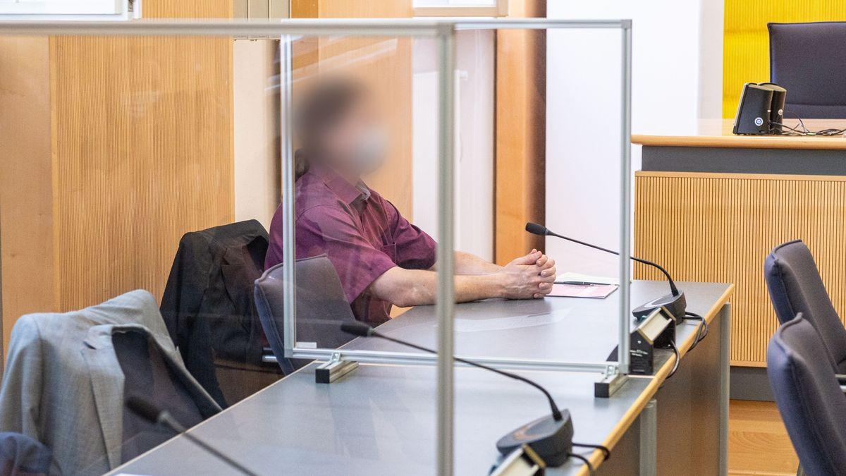 Dem 35-jährigen Angeklagten wird vorgeworfen, seine Verlobte 2012 heimtückisch mit Medikamenten ermordet zu haben.