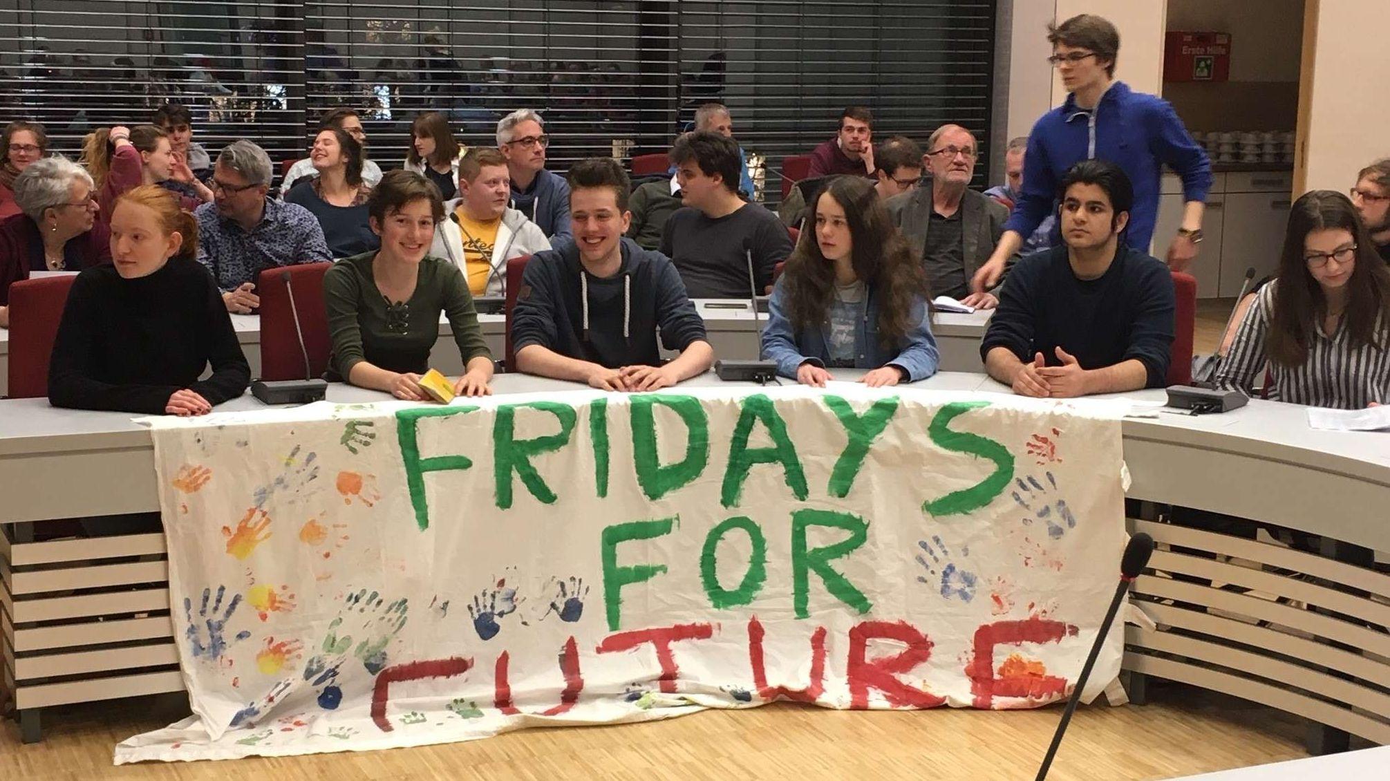 Die Aktivisten von Fridays for Future bei der Bürgerversammlung in Erlangen Ende März