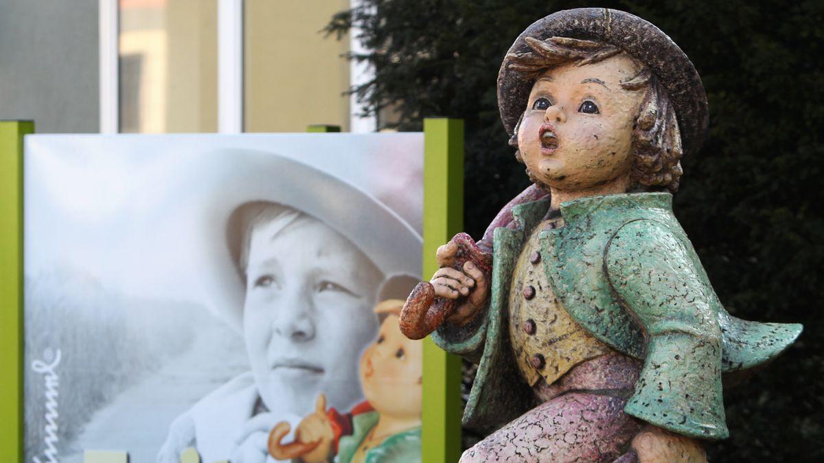 Eine große Hummelfigur steht vor einem Hummel-Museum