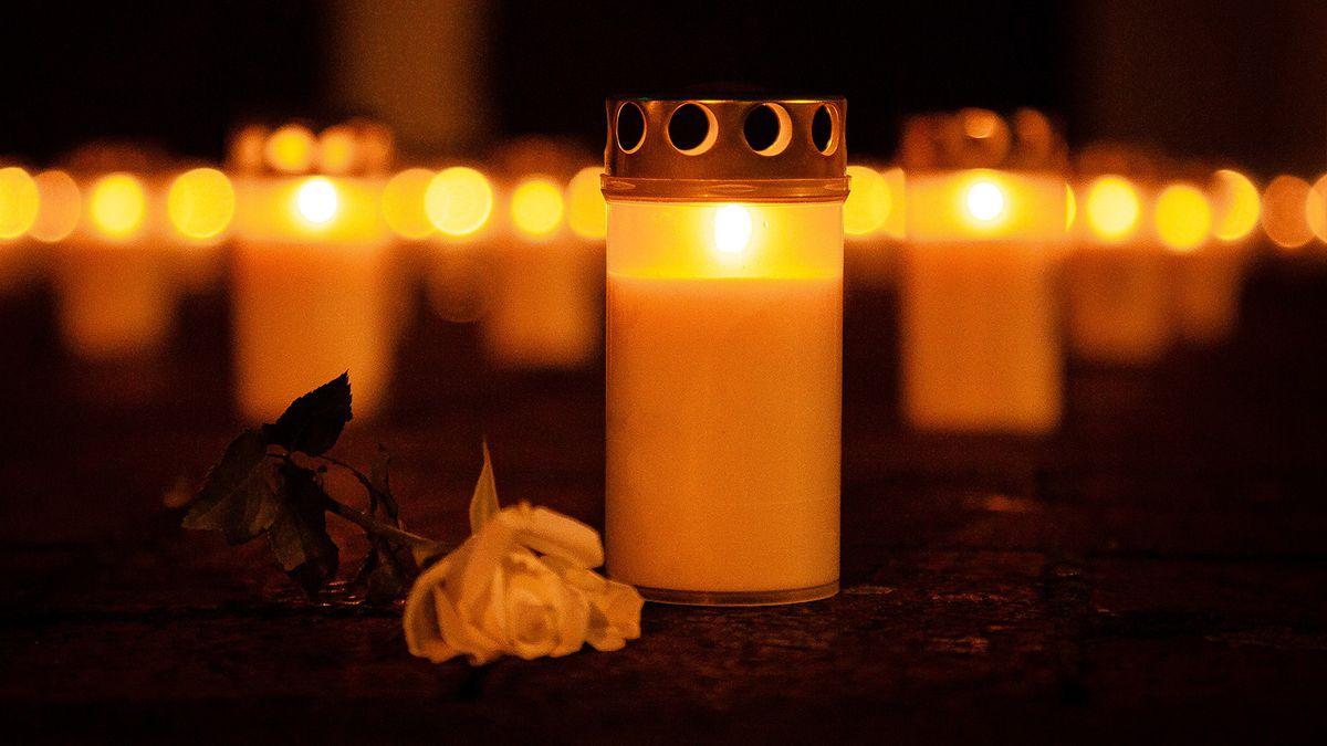 Kerzen und Rose als Zeichen der Trauer