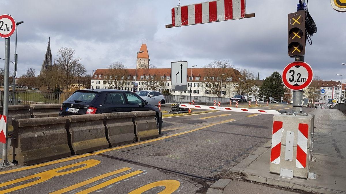 Betonblöcke sollen verhindern, dass Fahrzeuge durchkommen, die breiter als 2,10 Meter sind. Schranken öffnen sich für Rettungsfahrzeuge und Stadtbusse automatisch.