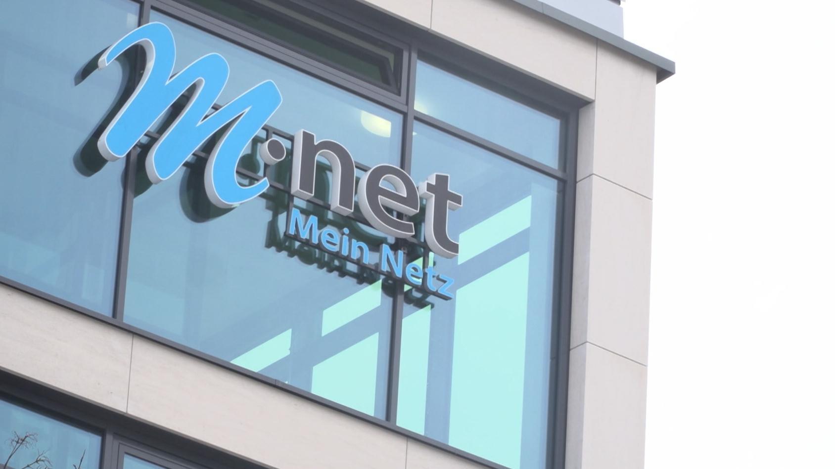 M-Net-Logo an einer Gebäudefront
