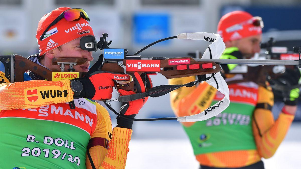 Die deutschen Biathleten Benedikt Doll und Arnd Peiffer am Schießstand.