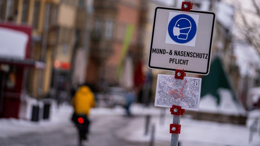 """Bayern, Bayreuth: In der Bayreuther Innenstadt steht ein Schild mit der Aufschrift """"Mund-& Nasenschutz Pflicht"""""""