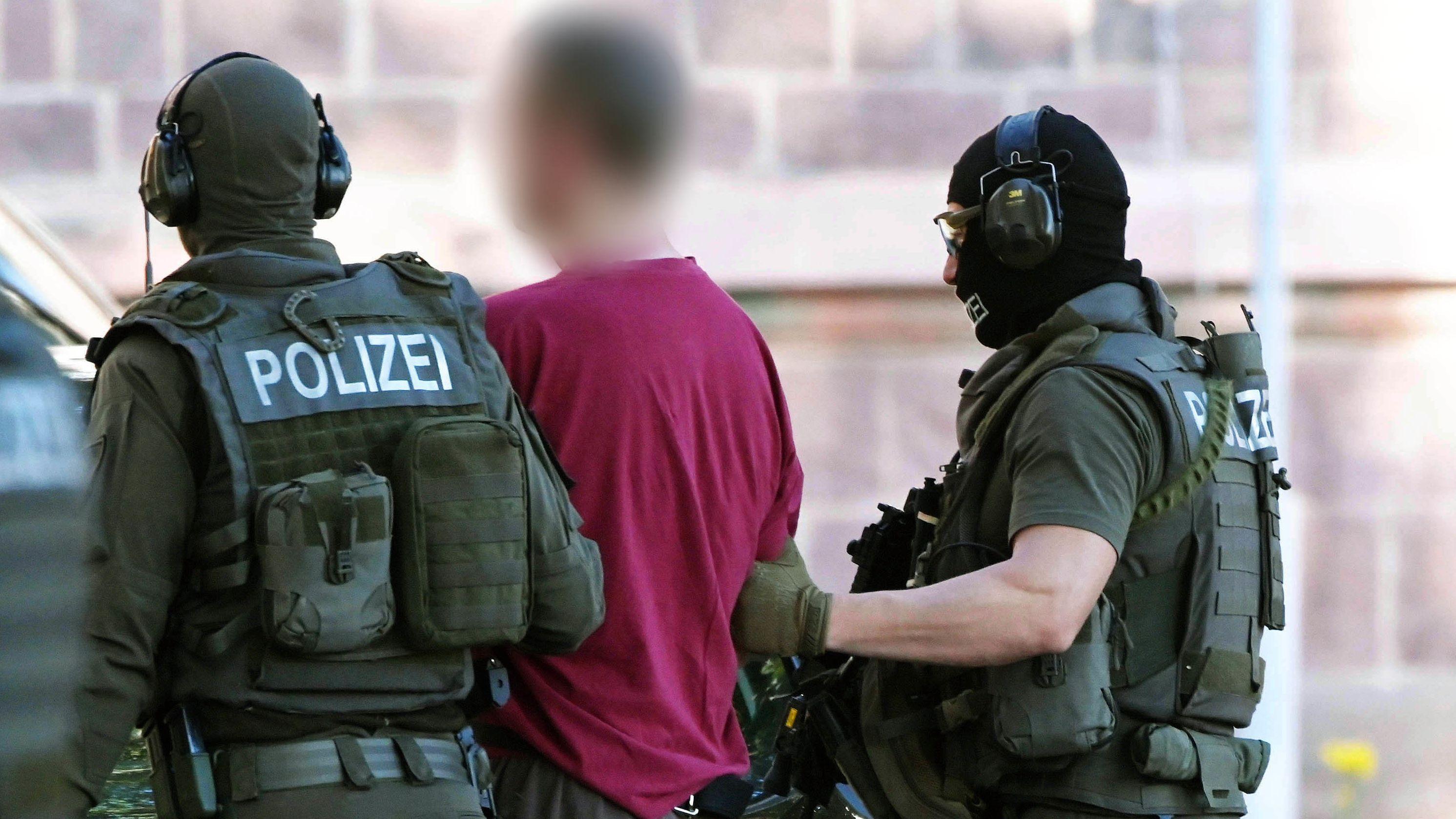 Stephan E., Tatverdächtiger im Fall des ermordeten Kasseler Regierungspräsidenten Walter Lübcke, wird von einem Hubschrauber zum Bundesgerichtshof (BGH) zu einem Ermittlungsrichter gebracht.