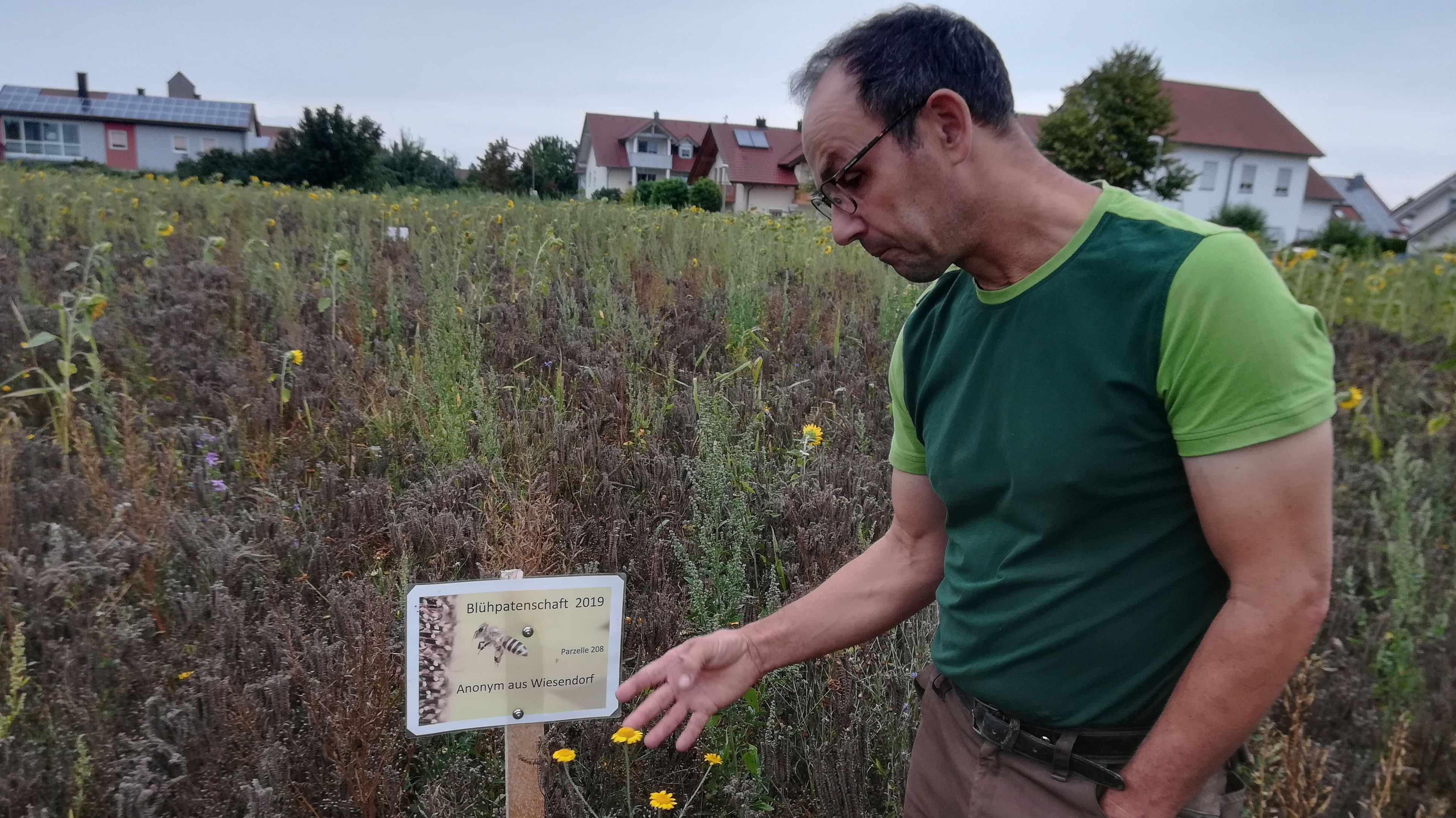 Landwirt Franz Lehner auf seiner Blühwiese