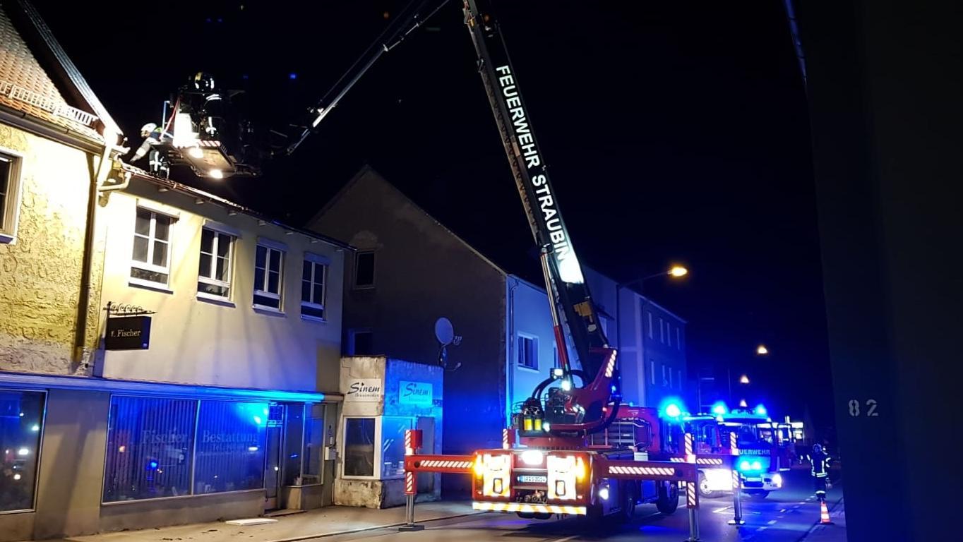 Freiwillige Feuerwehr Straubing sichert lose Dachteile