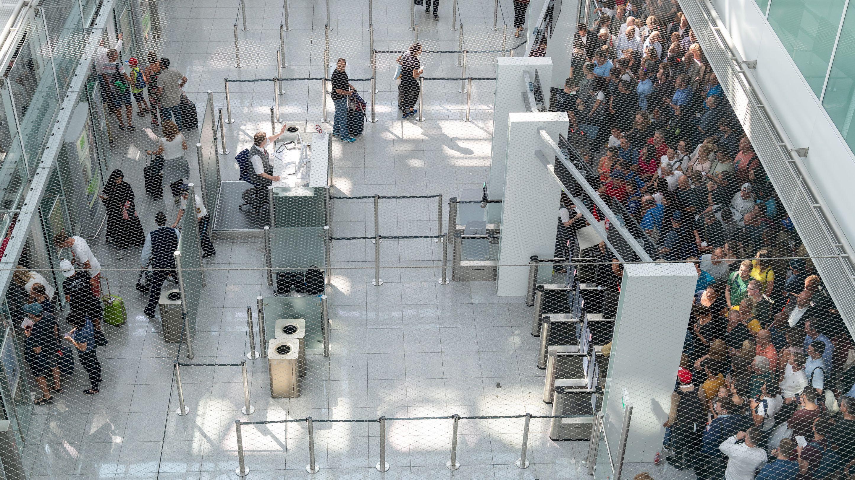 Nachdem die Unachtsamkeit eines Passagiers für 200 gestrichene Flüge gesorgt hatte, beruhigt sich die Lage am Münchner Flughafen wieder.