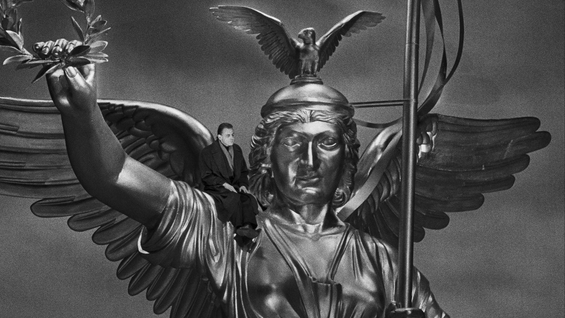 """Bruno Ganz auf der Siegessäule in Wim Wenders' """"Der Himmel über Berlin"""" (1987)"""