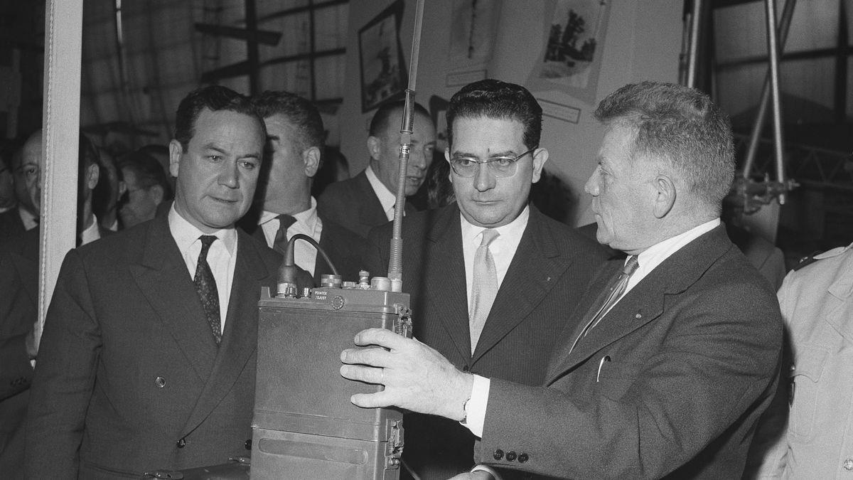Jacques Soustelle und Édouard Ramonet auf Ausstellung