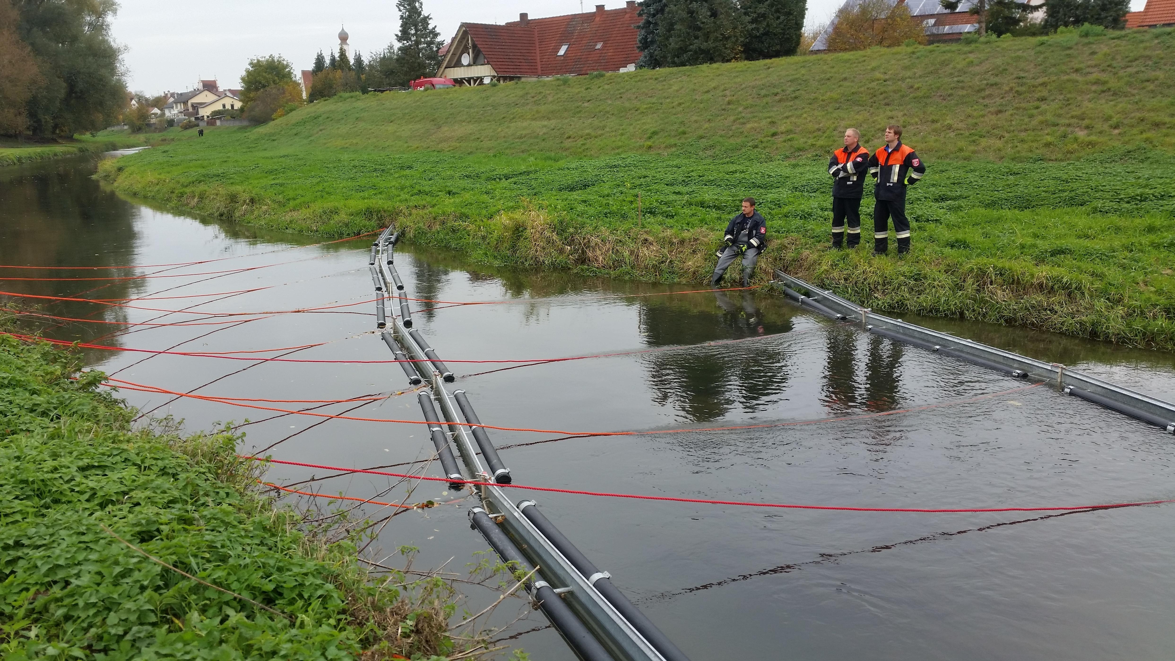 Die beiden Ölsperren schwimmen auf der Irschinger Ach.