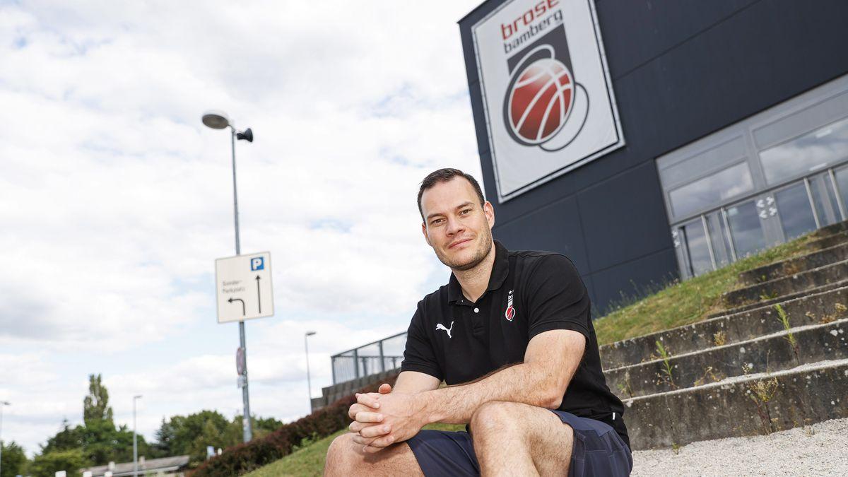 Johan Roijakkers sitzt vor der Brose-Arena in Bamberg