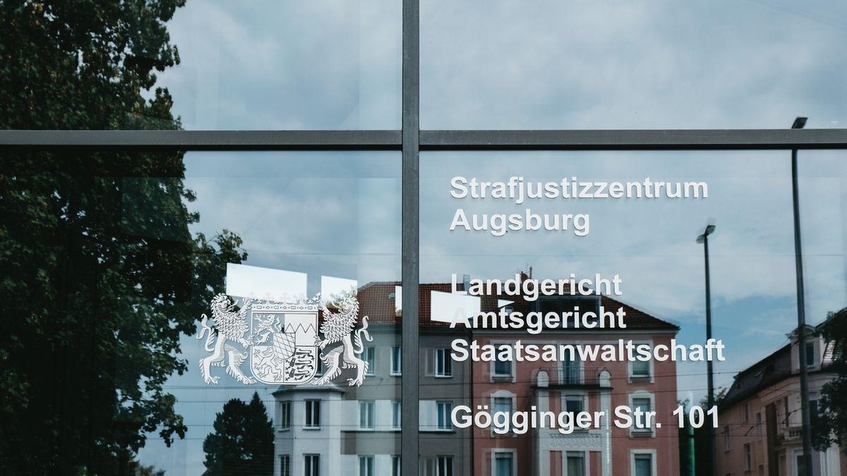 Die gläserne Eingangstür das Strafjustizzentrums Augsburg