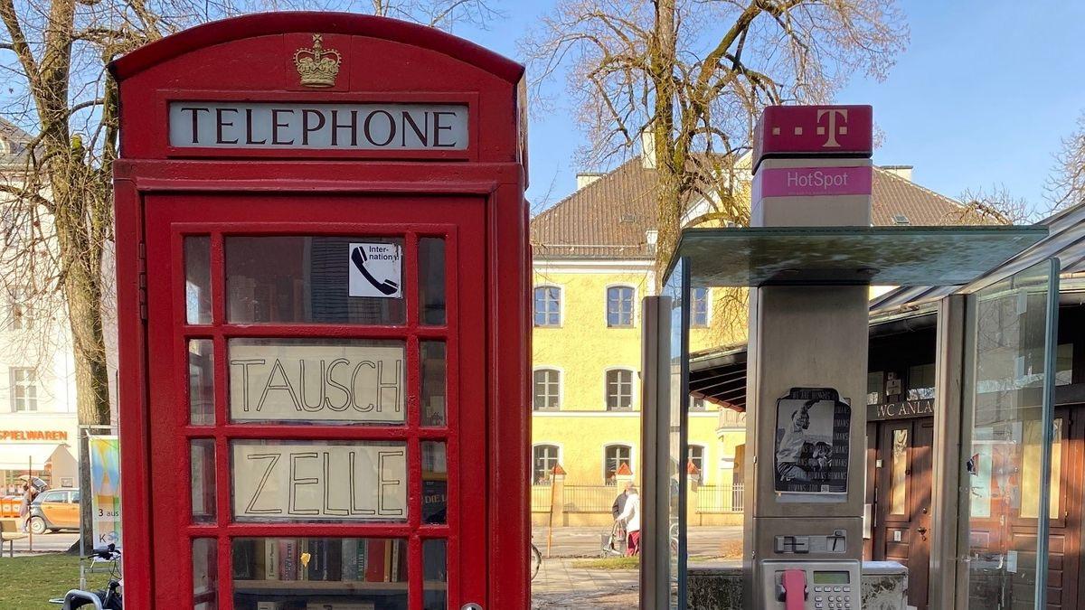 """Links die """"Tauschzelle"""", rechts eine normale Telefonzelle."""