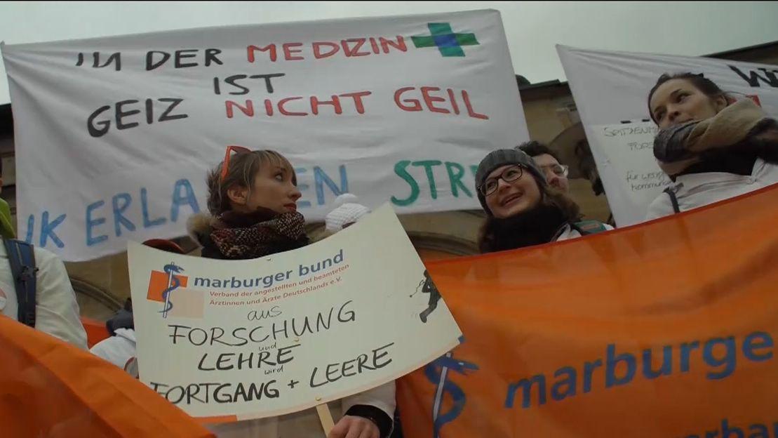 Ärzte mit Transparenten in Erlangen