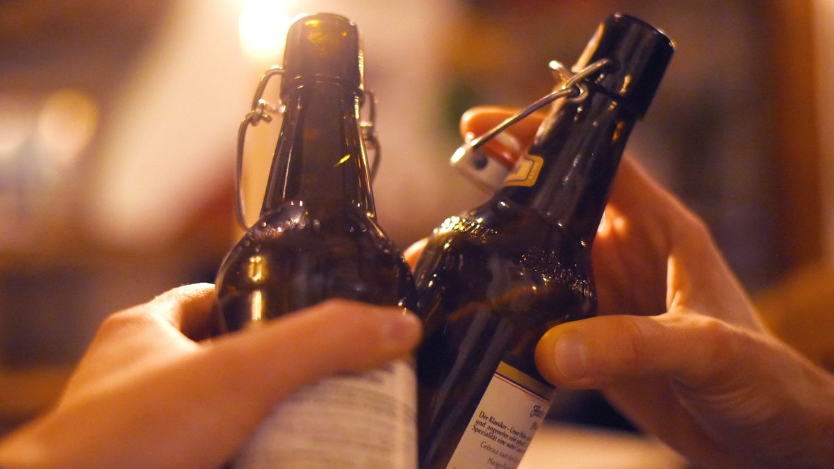 Anstoßen mit zwei Flaschen