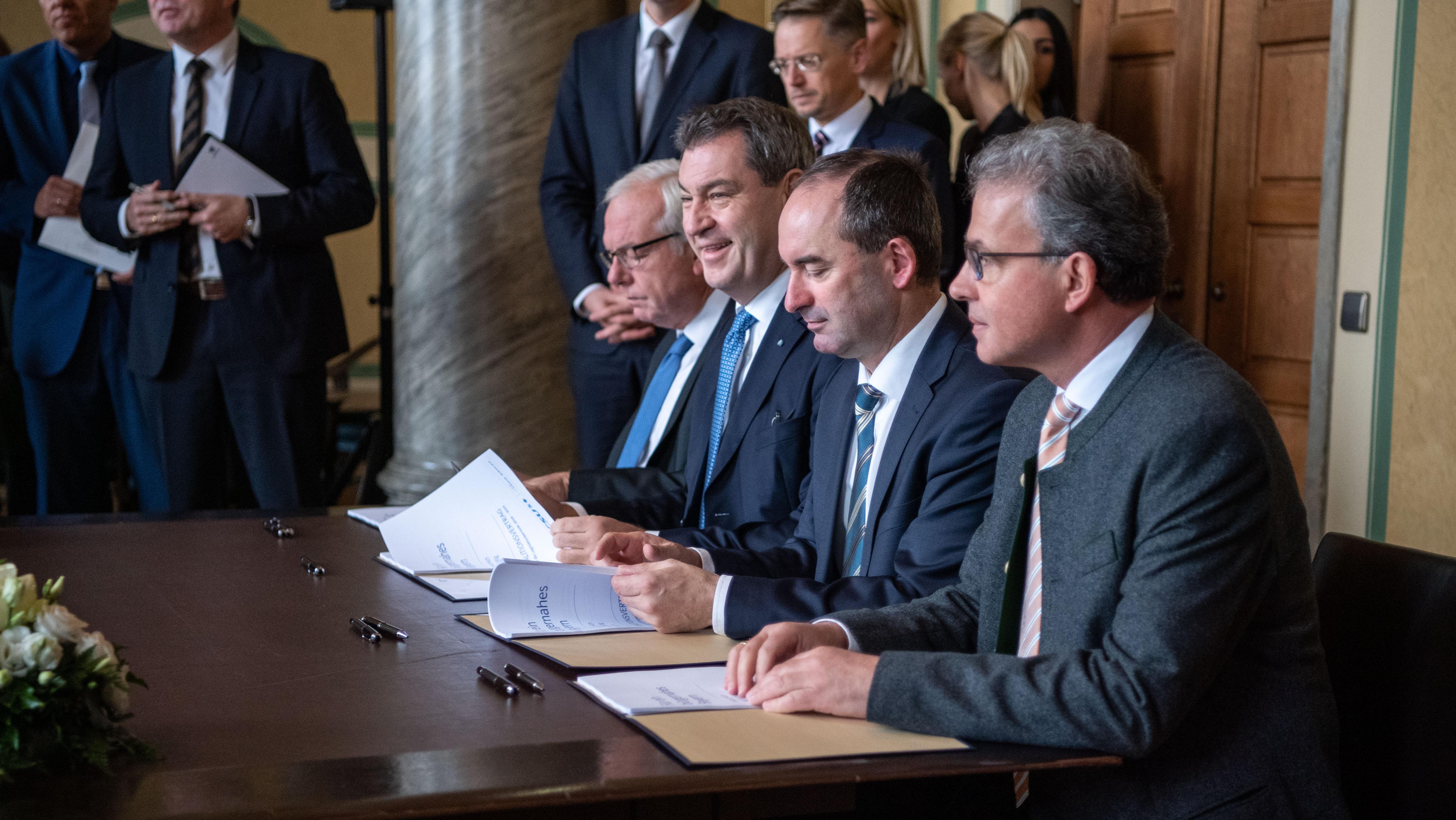 Gut drei Wochen nach der Landtagswahl ist der Koalitionsvertrag zwischen CSU und Freien Wählern unterzeichnet