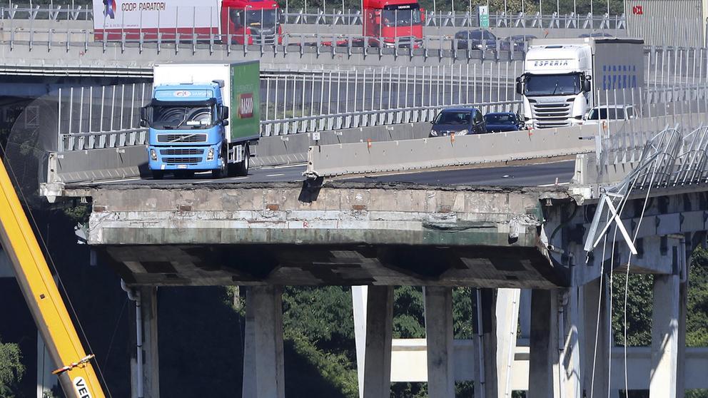 Mehrere Lastwagen und Autos stehen auf der stehengebliebenen Brücke in Genua vor dem Abgrund   Bild:dpa-Bildfunk/Antonio Calanni