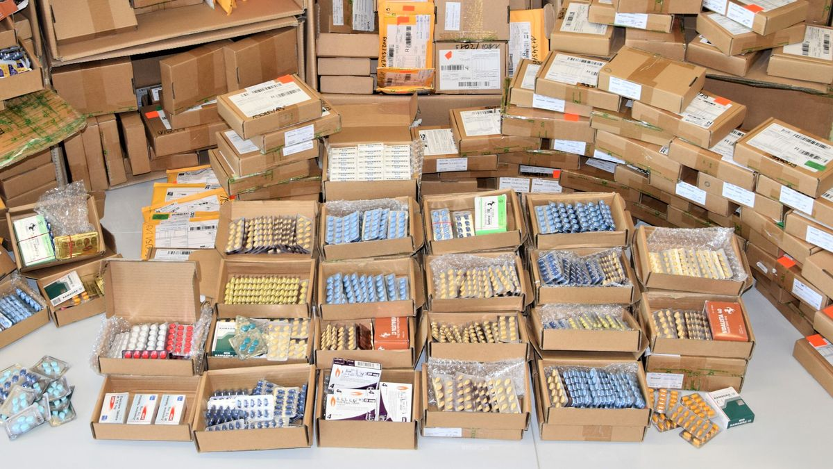 Kisten mit Medikamenten