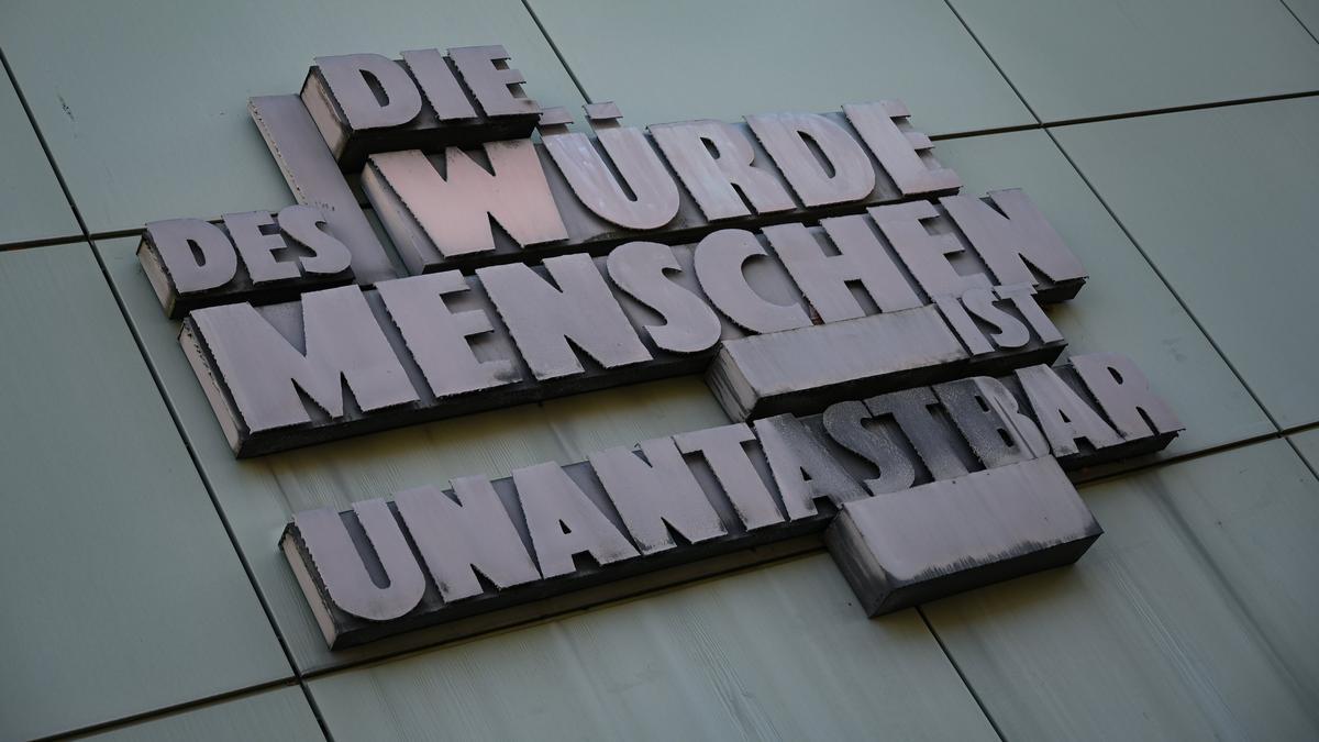 OLG Frankfurt am Main. Der vom hessischen Generalstaatsanwalt Fritz Bauer initiierte Schriftzug «Die Würde des Menschen ist unantastbar» prangt am Gebäude C des Justizzentrums.