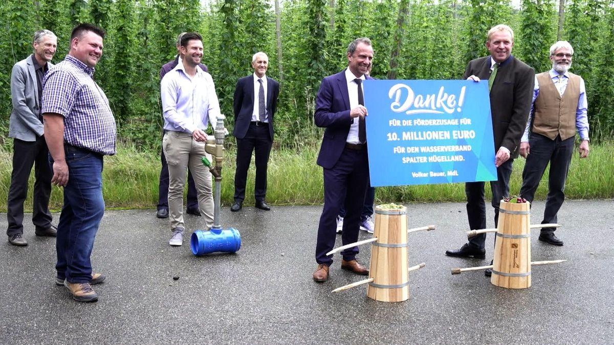 Umweltminister Thorsten Glauber (FW) (6.v.r.) in Spalt